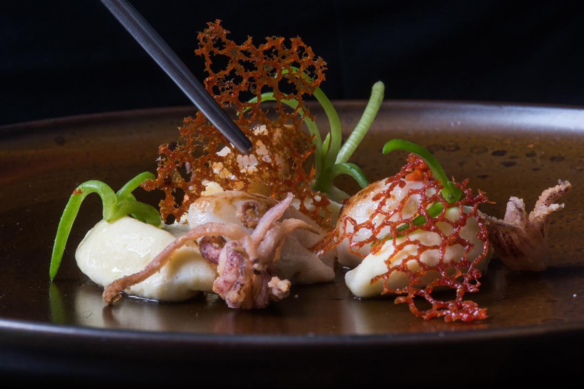 ©matteozanardi Gnocco morbido con calamaretti ripieni di patate affumicate e ciuffi fritti (1)